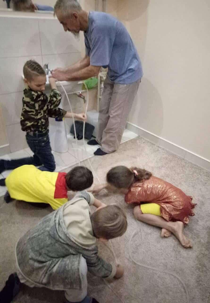 *** навчає дітей талановитий вчитель з величезним досвідом Іван Олексійович Куць - фізичні експерименти ***