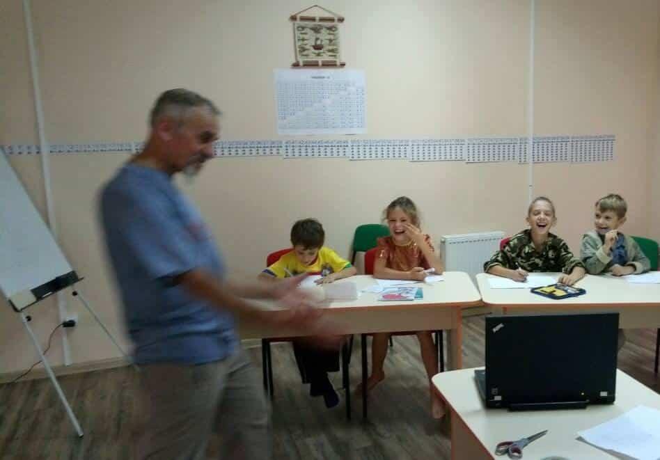 *** навчає дітей талановитий вчитель з величезним досвідом -- Іван Олексійович Куць ***